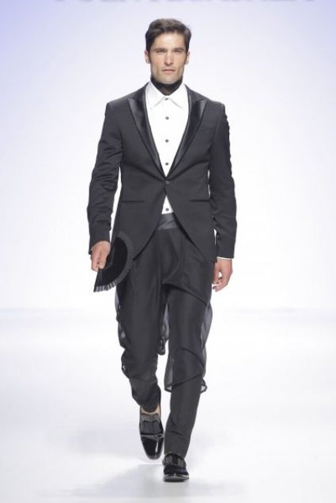Vestido de novio de con falda-pantalón y abanico de Fuentecapala 2015