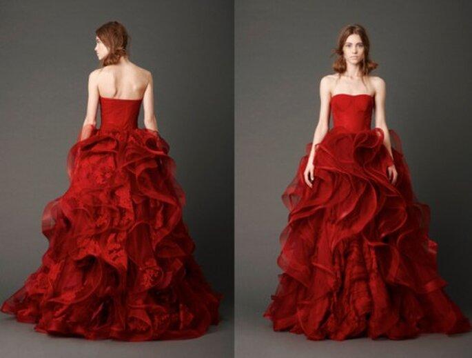 Vestido de novia con grandes olanes en la falda y corset color rojo quemado - Foto: Vera Wang blog