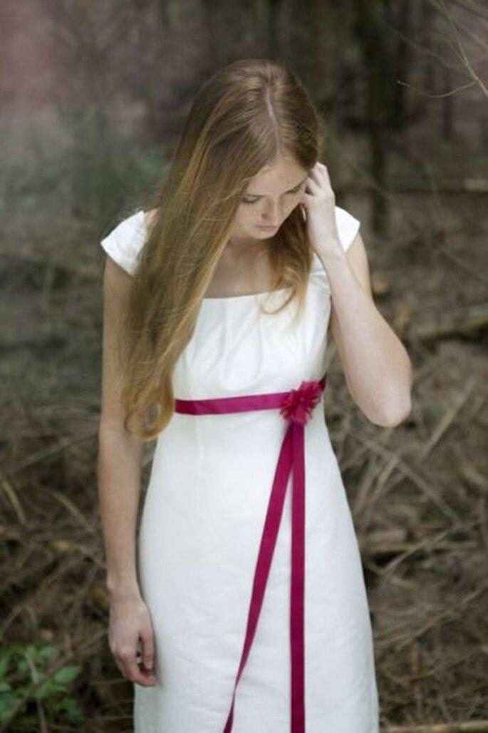 Brautkleid Emily von Noni  - mit pinkem Band unter der Brust und einer stilvollen Organza Blüte