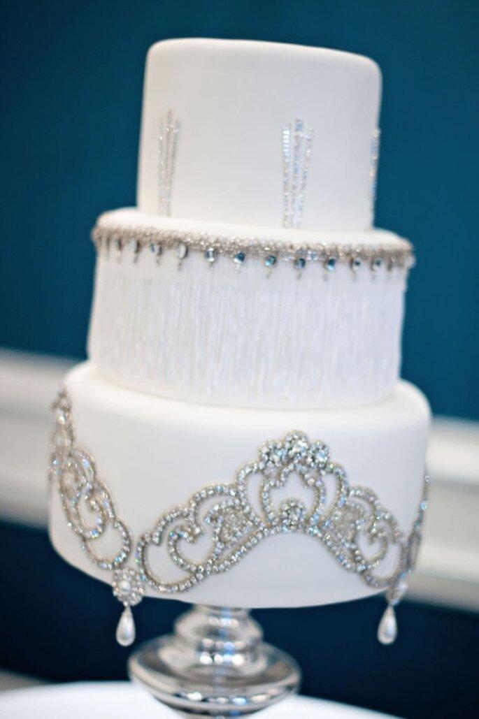 Gâteau de mariage blanc avec des incrustations brillantes. Photo: Style Me Pretty