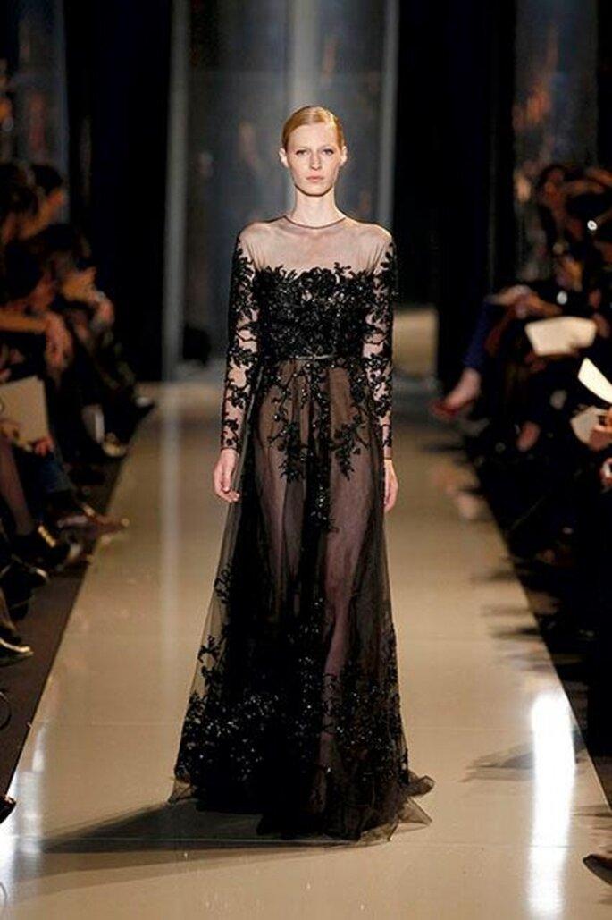 Elegante vestido de gala con aplicaciones y encaje de ilusión en color negro - Foto Elie Saab 2013