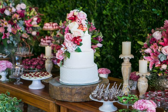 Bolo de casamento branco com flores rosas
