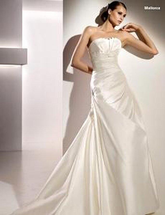 Pronovias 2010 - Mallorca, vestido largo en seda drapeada, fruncido lateral, líneas diagonales, palabra de honor