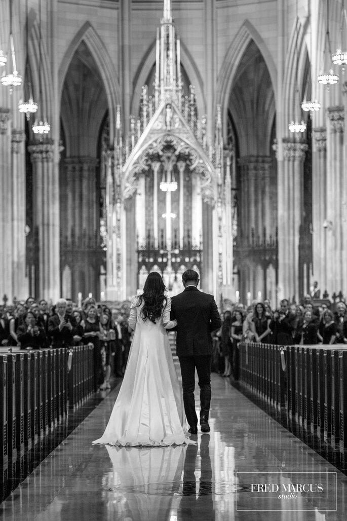 Braut mit Vater Einzug in Kirche bei Trauung