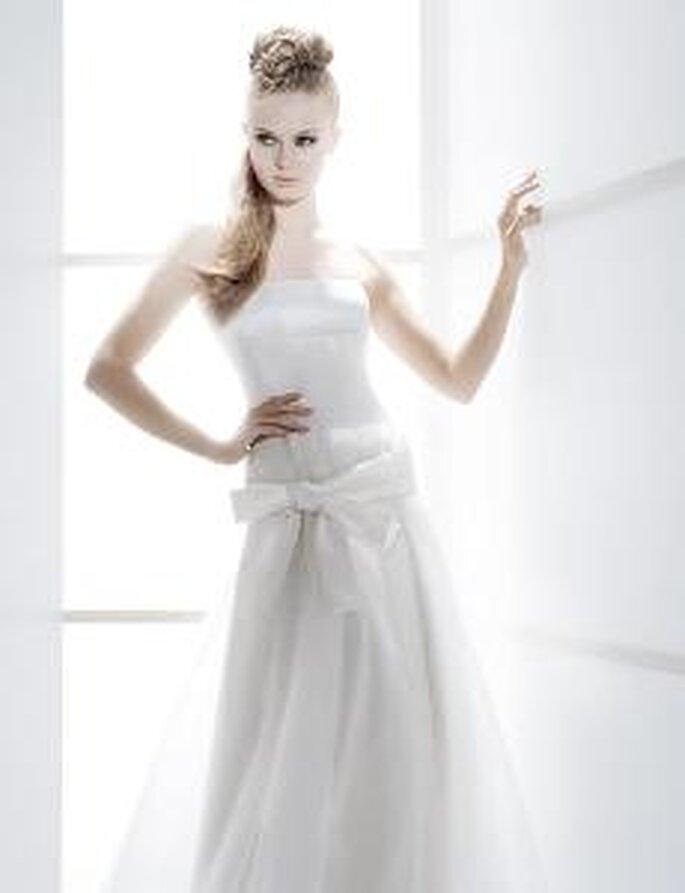 Jesús Peiró 2010 - Vestidos largos en seda, de talle evasé, palabra de honor recto, detalle lazado en cintura