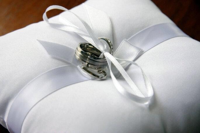 El mejor accesorio para portar las alianzas es un bello cojín que combine con el estilo de tu boda