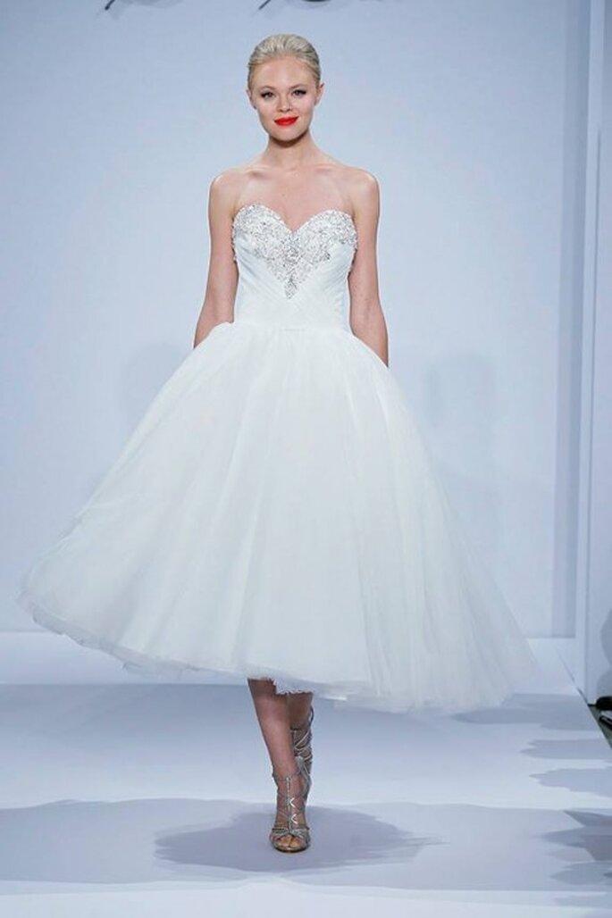 Vestido de novia con falda midi y escote corazón - Foto Dennis Basso