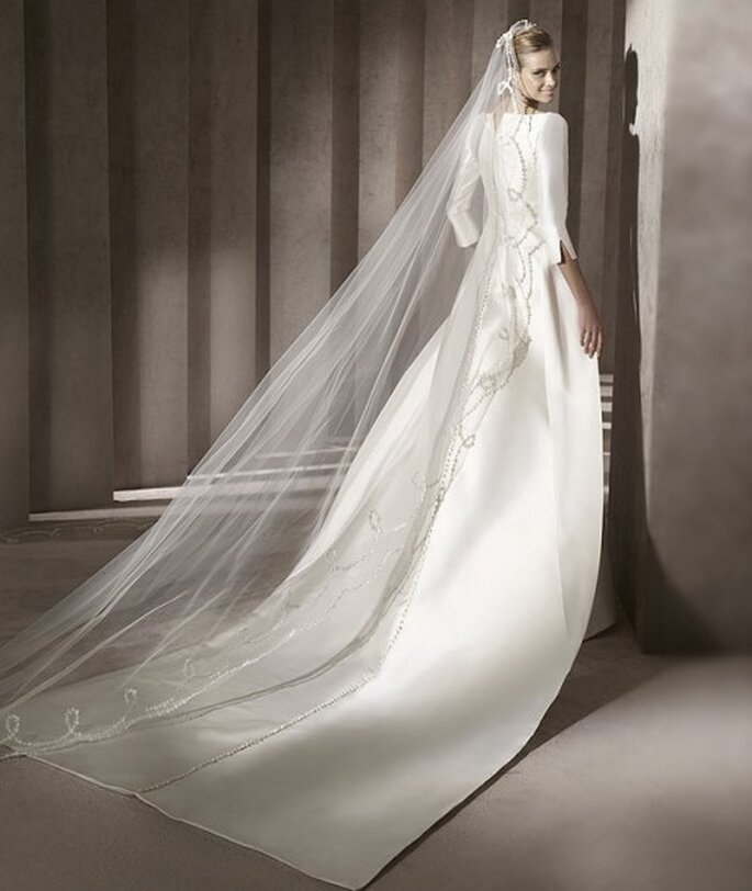 Robe de mariée à longue traine. Pronovias 2012
