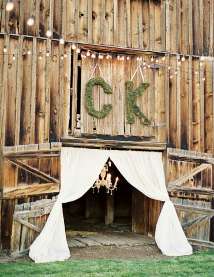 Iniciales gigantes para presidir la entrada del salón de la boda. Foto: KT Merry Photography