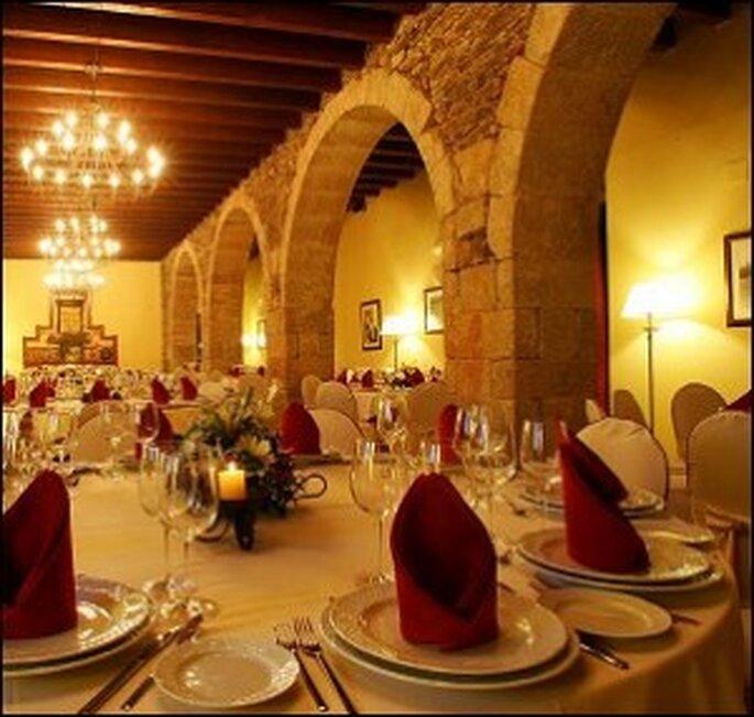 Para decorar una boda de invierno, dos colores perfectos son el dorado y el granate