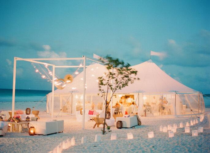 Carpa decorada para boda instalada en la playa
