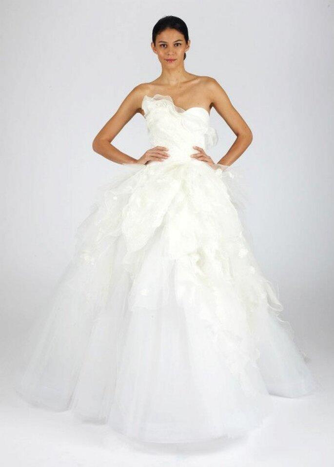 Vestido de novia para otoño con escote strapless, detalle en relieve en el pecho y falda vaporosa - Foto Oscar de la Renta