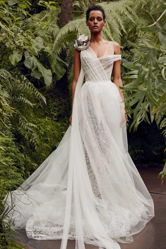 Vestido de novia en tul con escote asimétrico