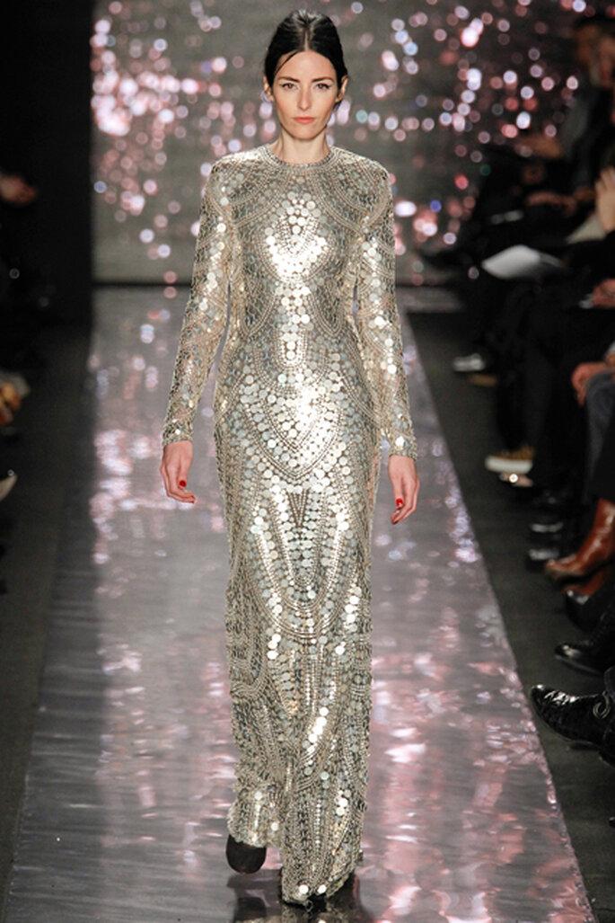 El plateado ganó textura en el vestido largo del diseñador de la India, Naeem Khan. Foto de Naeem Khan