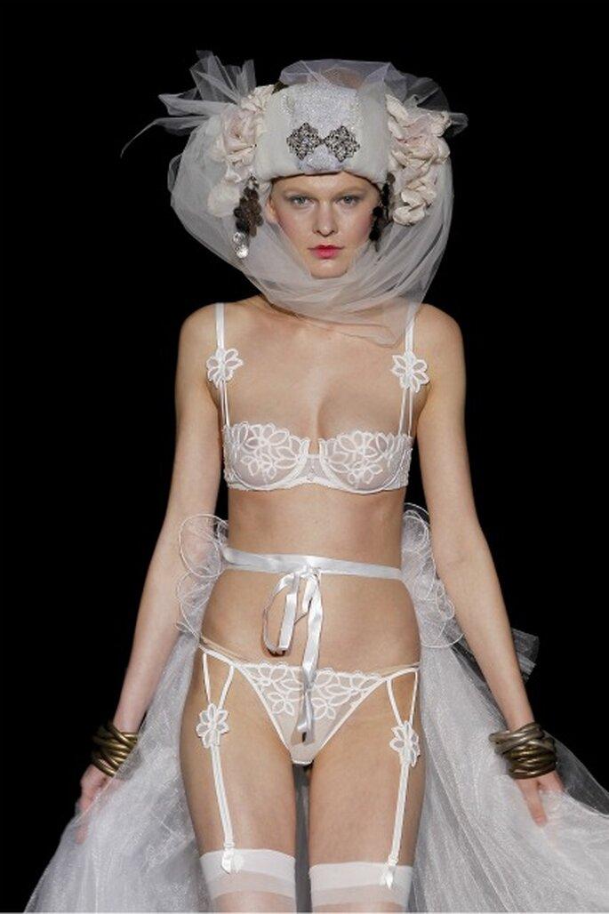Ensemble de lingerie de mariée avec ornements floraux, Emperatriz 2012 - Ugo Camera / Ifema