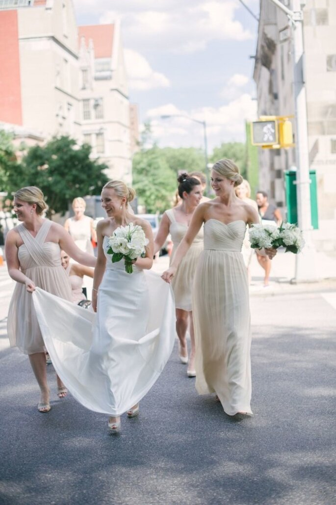 Tus damas de boda con vestidos en colores neutros - Foto Paul Francis Photography
