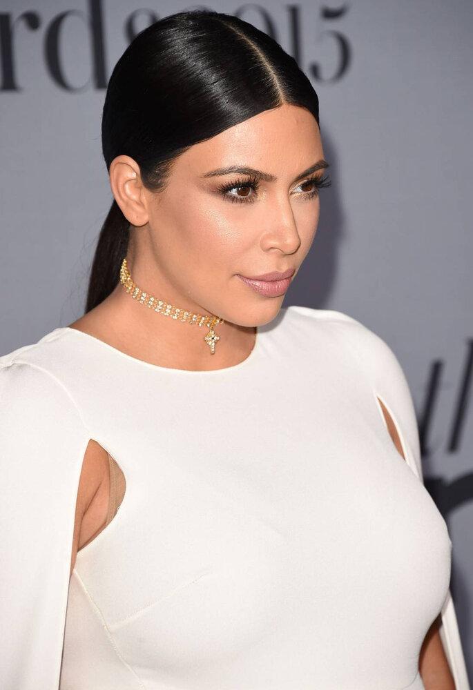 Kim Kardashian com penteado rabo de cavalo risco ao meio