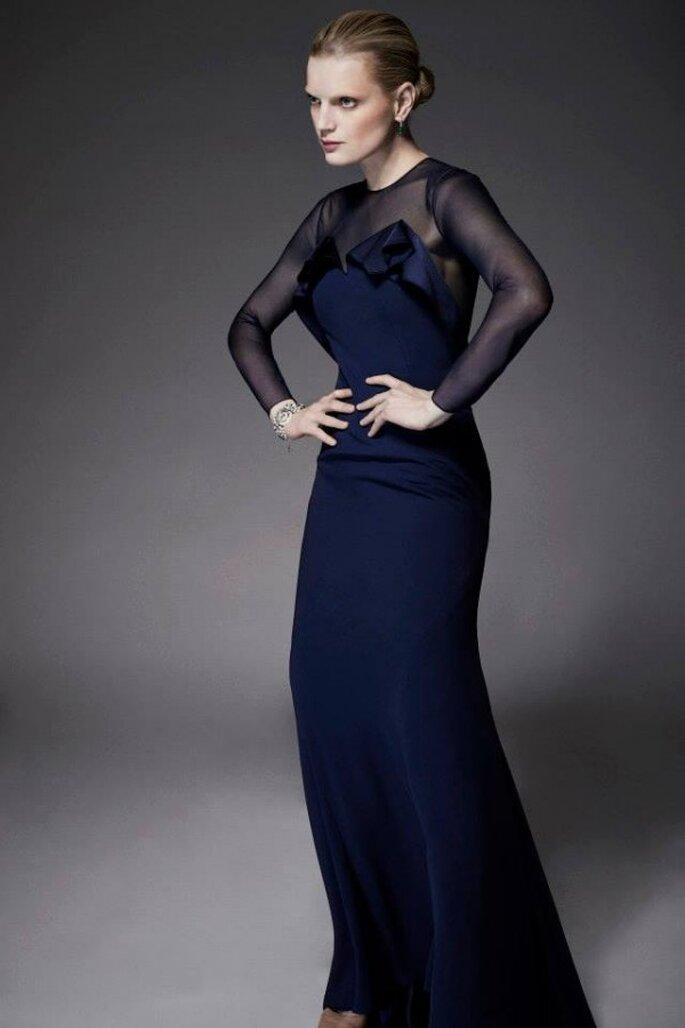 Vestido de fiesta en color azul marino con escote ilusión, mangas largas y solapa en el escote - Foto Zac Posen
