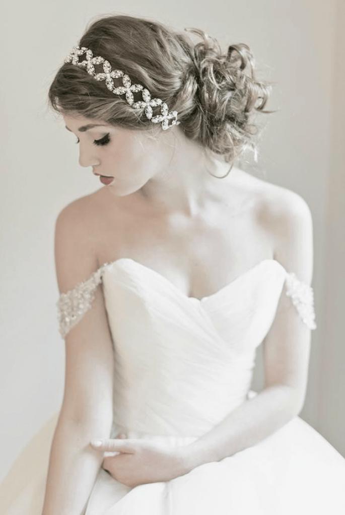 Diadema elegante con pedrería para novia y peinado en chongo bajo - Foto Enchanted Atelier