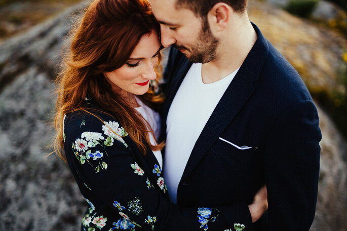 casal romântico abraçado