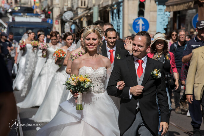 casal após casamento coletivo