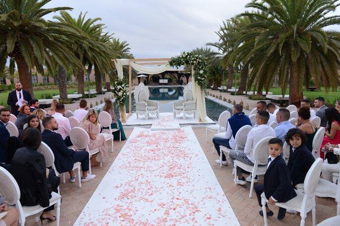 Les invités attendent les mariés - cérémonie de mariage laïque au Maroc