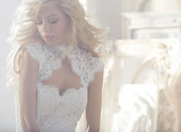 Vestido de novia en color blanco con escote asimétrico y confecciones con encaje - Foto Hailey Paige en JLM Couture