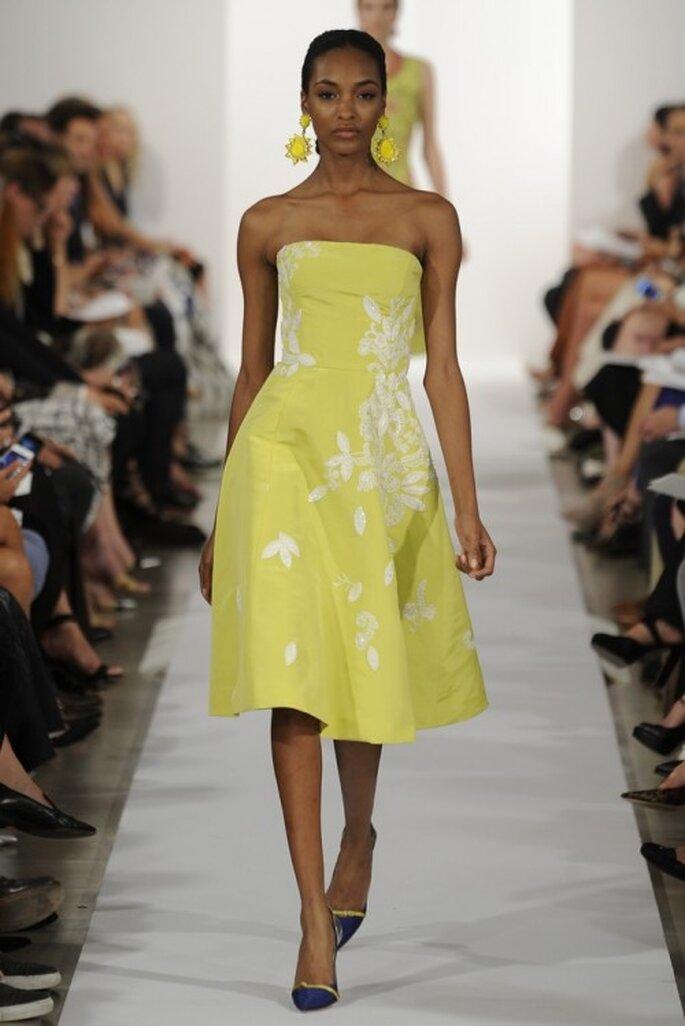 Vestido de fiesta corto en color amarillo con escote strapless tradicional - Foto Oscar de la Renta