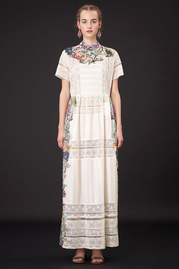 Vestido de fiesta 2015 en color blanco con tejidos de estética tehuana y motivos coloridos como detalles - Foto Valentino