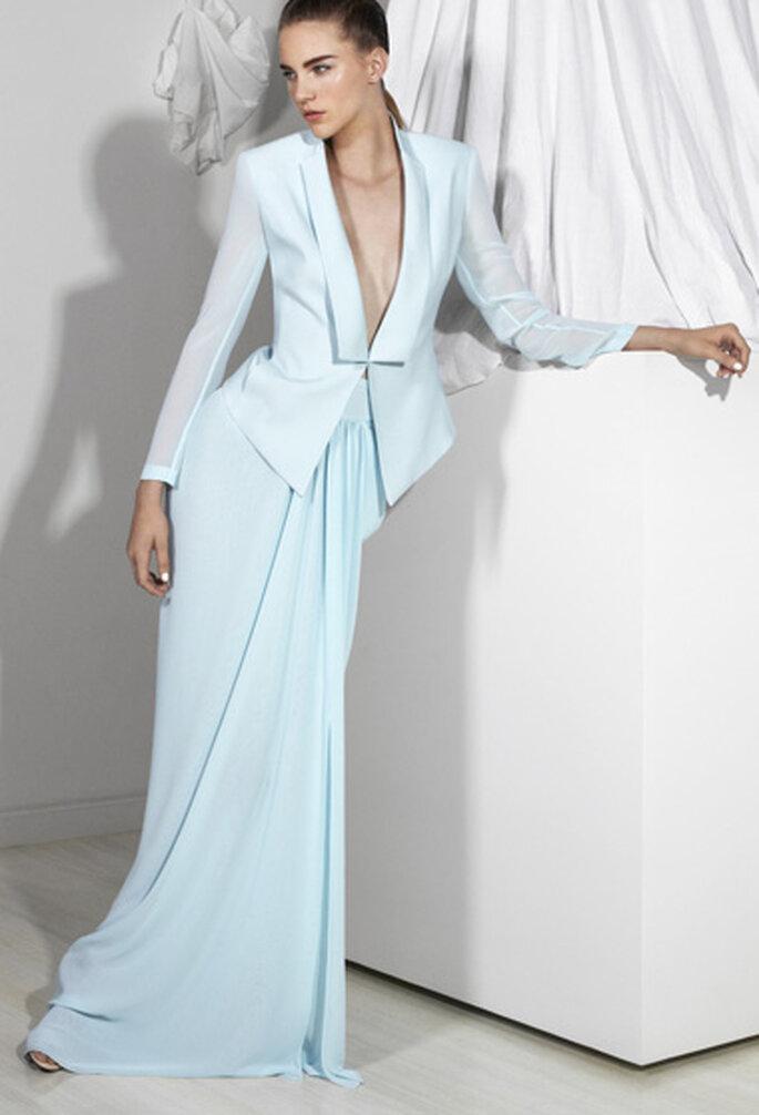 Traje sastre con falda larga y saco estructurado para novia 2013