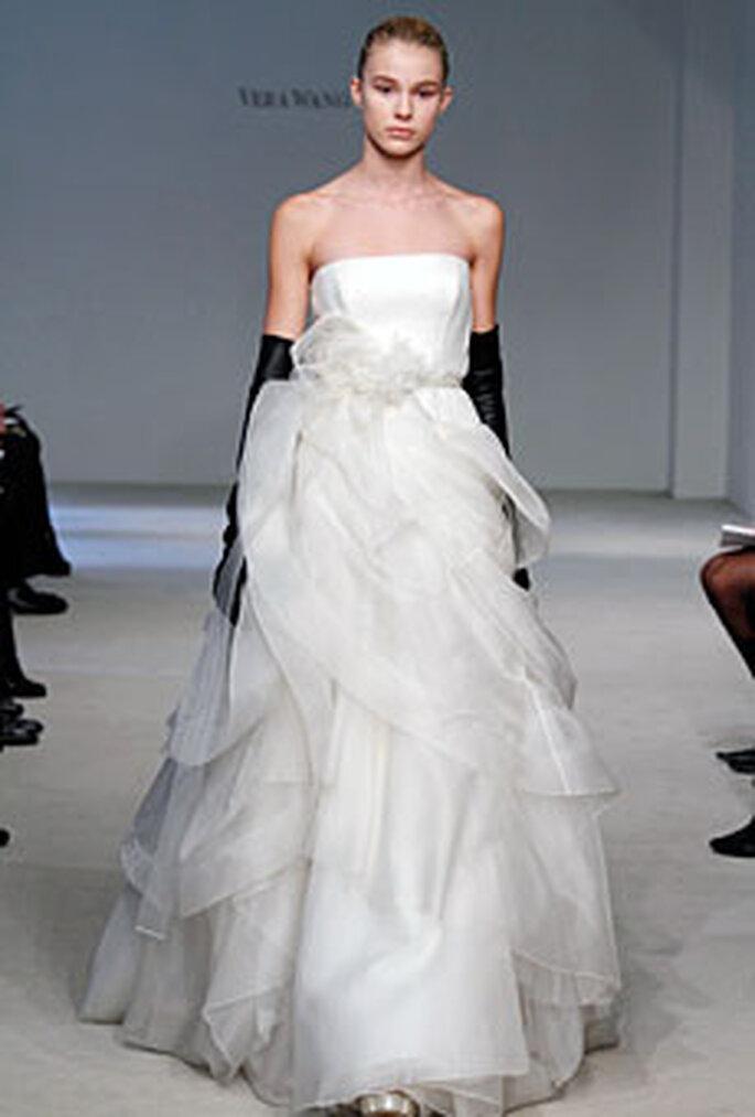 Vera Wang 2010 - Vestido palabra de honor con cinturón floral y guantes negros