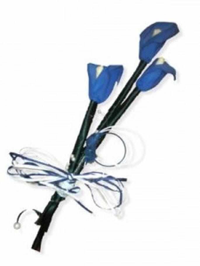 Ramo de novia hecho con origami con calas azules - Artesanum