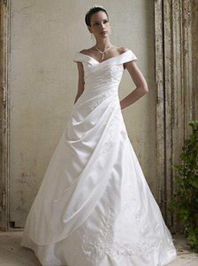 LILLY 2010 08-3112 - Brautkleid in A-Linie mit Carmen-Ausschnitt und seitlicher Faltenlegung