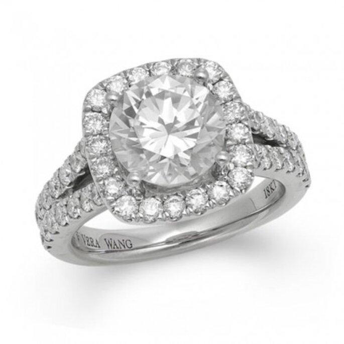 Elegante anillo de compromiso con un diamante estilo cojin - Foto Vera Wang LOVE