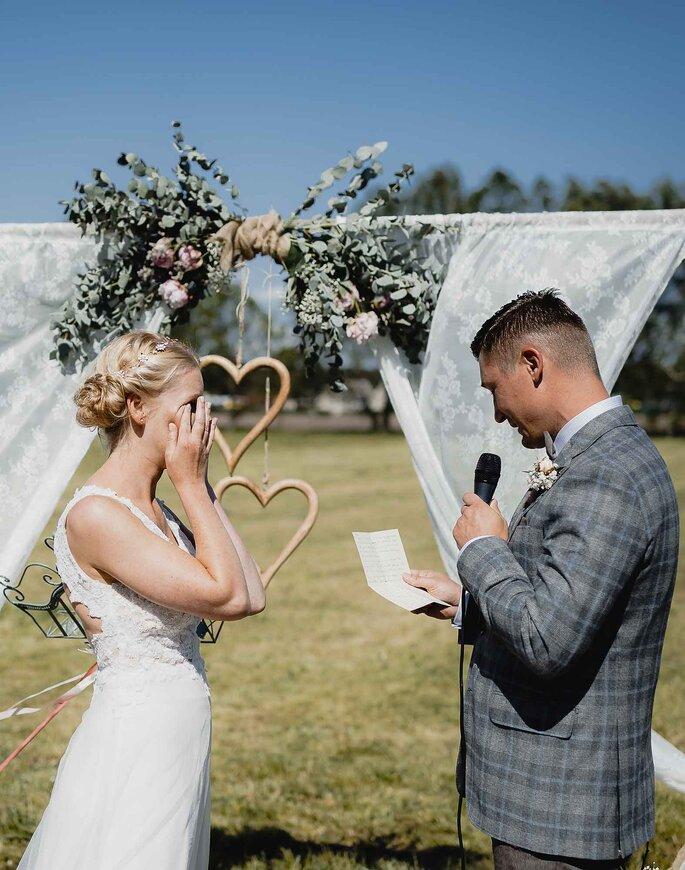 Eheversprechen. Brautpaar liest sich Eheversprechen vor
