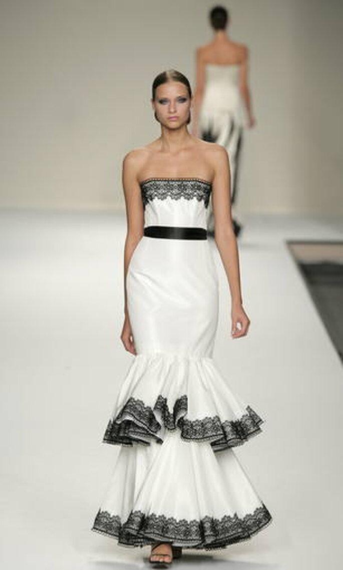 Vestido blanco strapless con detalles en negro y cinto marcando la cintura