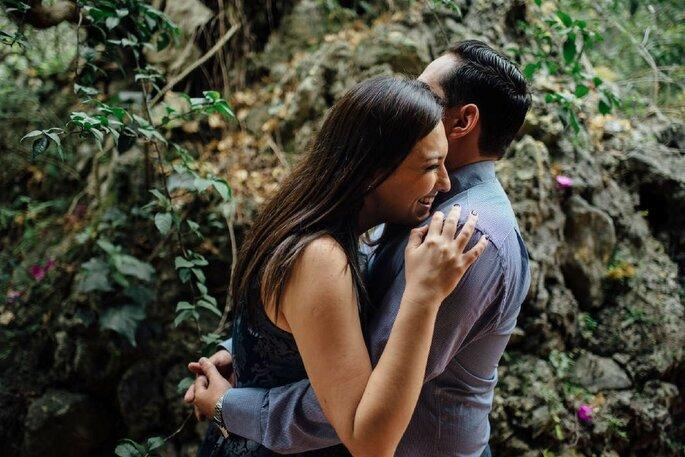 pareja feliz en la naturaleza