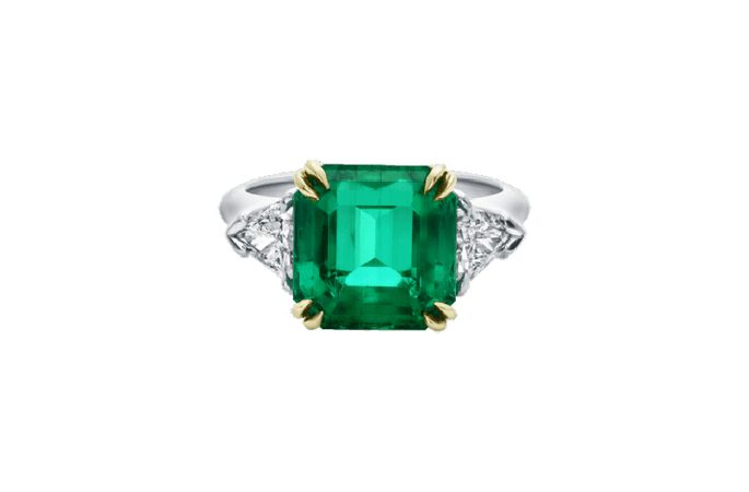 Anillo de compromiso con esmeralda y decorado con pequeños diamantes