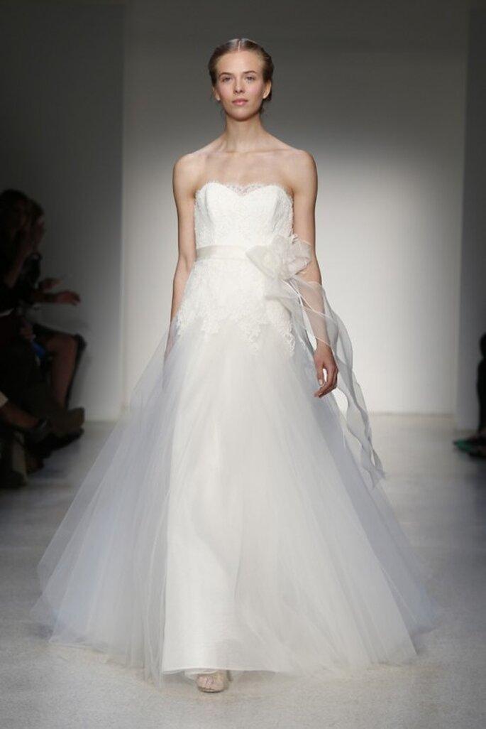 Vestido de novia clásico corte princesa con escote strapless y adorno de flor en el costado - Foto Christos