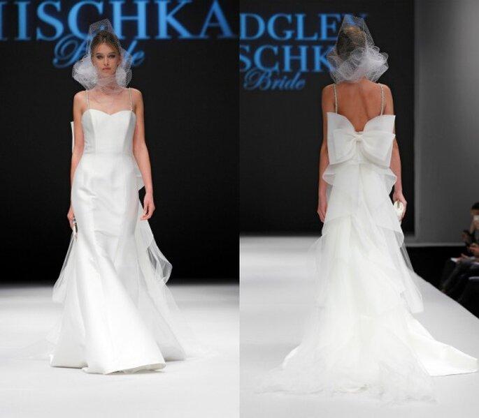 Vestido de novia corte princesa con hermosa cauda en la falda y un romántico lazo adornando la espalda - Foto Badgley Mischka
