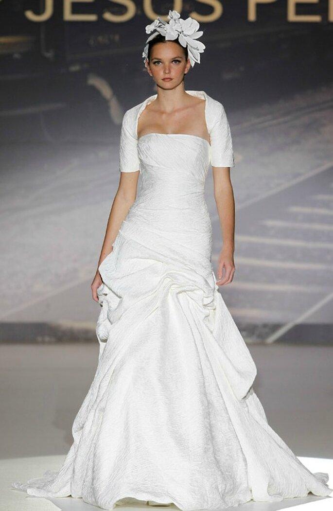 Brautkleid mit Bolero Jäckchen von Jesús Peiró aus der Kollektion 2012