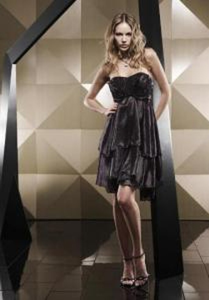 Pepe Botella 2009 - Vestido corto negro, corte imperio, líneas verticales, escote en corazón