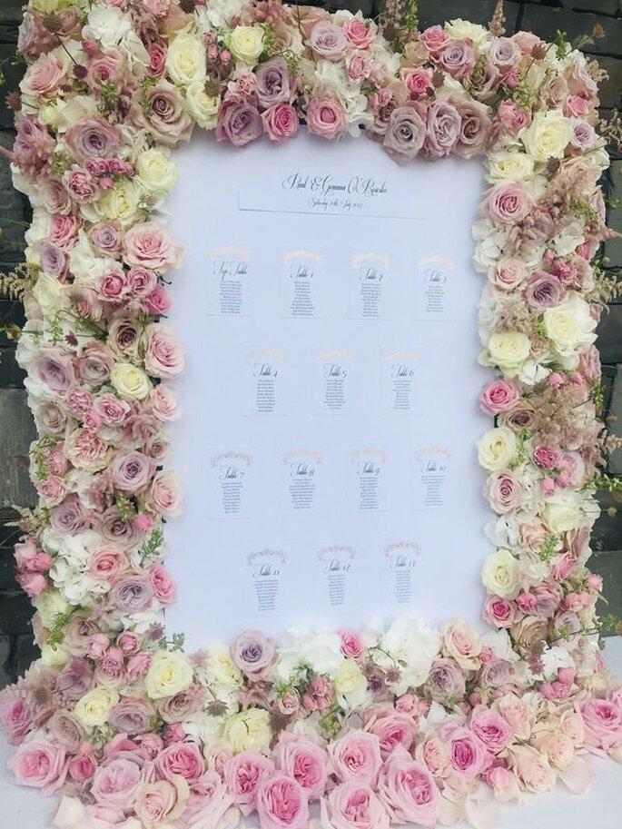 Un plan de table fleuri avec des roses multicolores