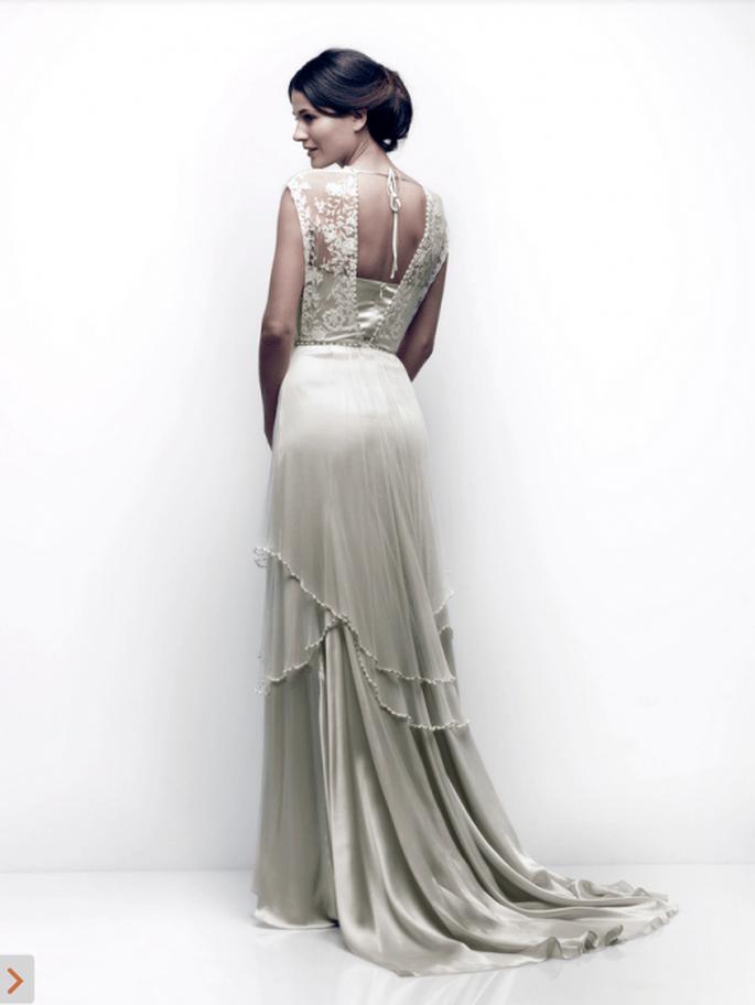 Vestido de novia para verano con marco en la espalda, superposición de volúmenes en la falda y cauda mediana - Foto Catherine Deane