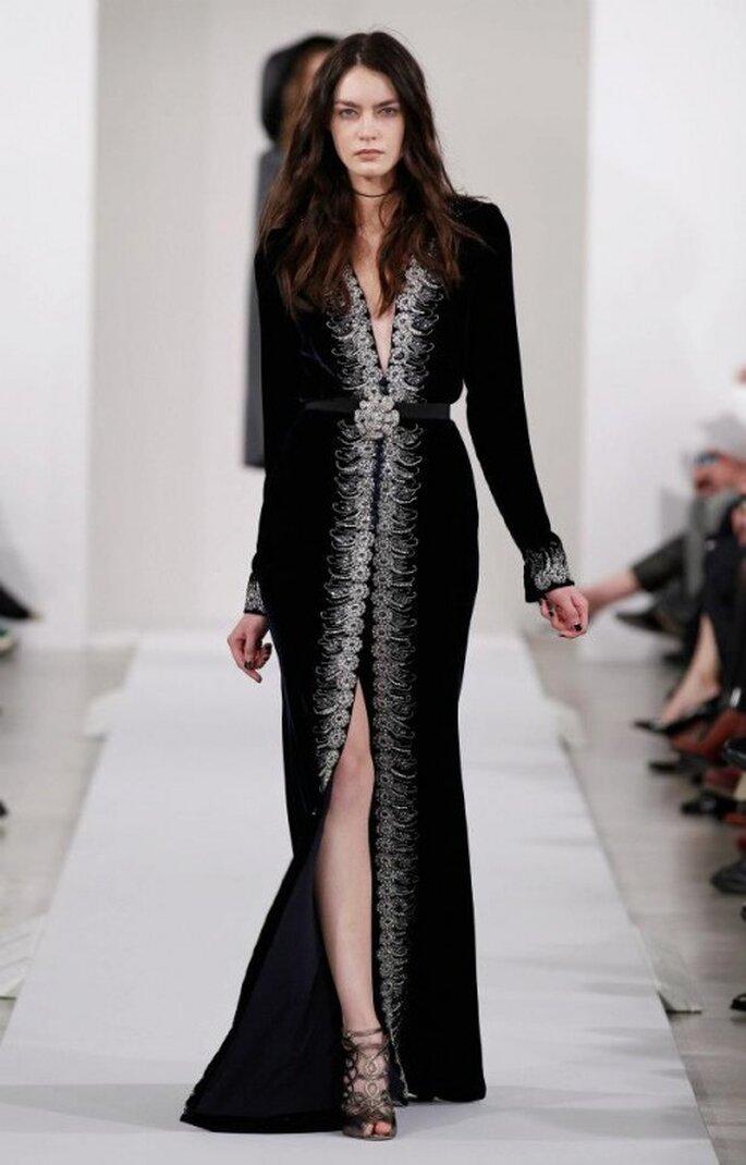 Vestido de fiesta largo en color negro con detalle de cristales claros - Foto Oscar de la Renta