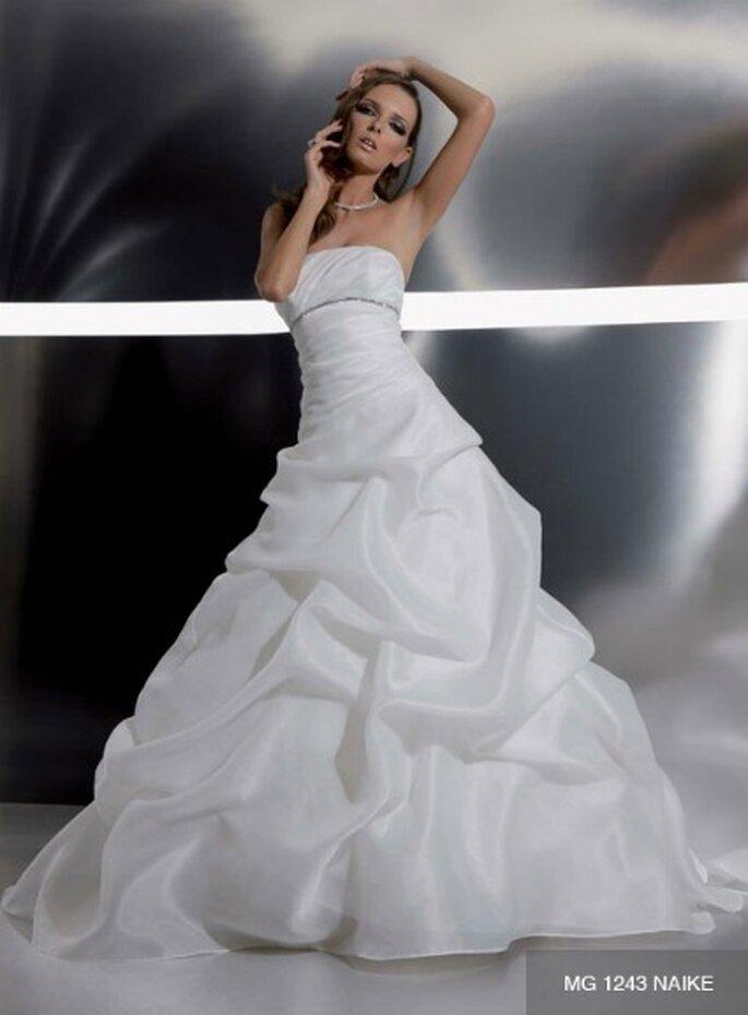 2528bcd40553 Abito con corpetto drappeggiato impreziosito dal dettaglio gioiello e gonna  voluminosa modello balloon. Gritti Spose