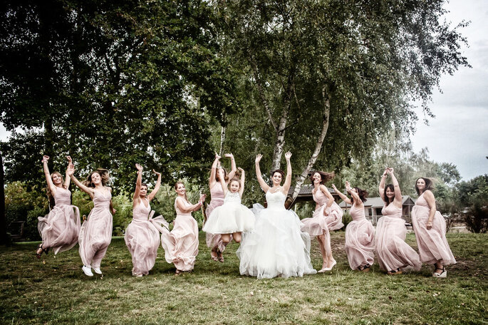 Frédéric Delouvée - Photographe de mariage - Bordeaux - des demoiselles d'honneur sautent dans un champ en compagnie de la mariée