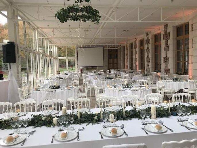 Réception de mariage sous une terrasse couverte chic et lumineuse