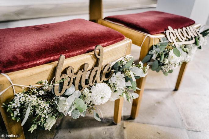 """Stühle des Brautpaares zur Trauung mit Aufschrift """"bride"""" und """"groom"""""""