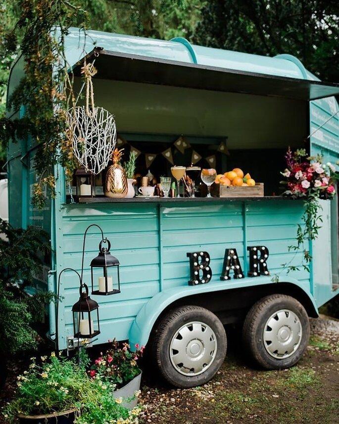 Un food truck bien décoré où les invités peuvent se servir à boire